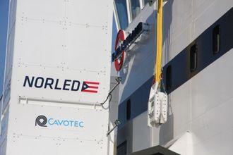 Pluggen fra Cavotec på vei ned i hunpluggen i skipets sideport.