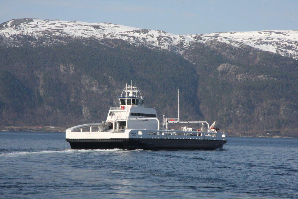 Batterifergen Ampere kryssser Sognefjorden på E39 Lavik-Oppedal.