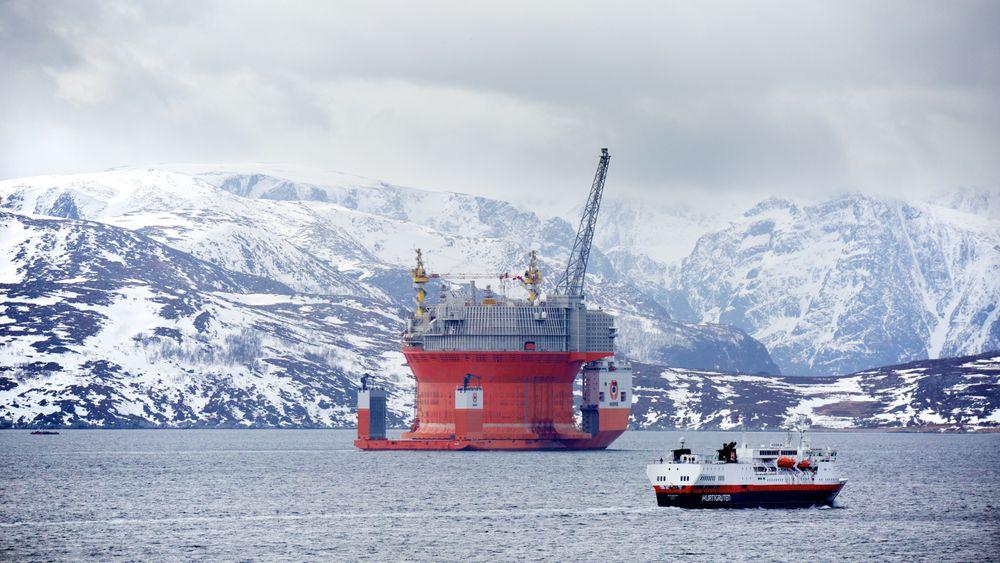 Goliat er Norges nordligste oljefelt i drift. Her ankommer plattformen Hammerfest i 2015. Hurtigruteskipet MS Vesterålen i forgrunnen.