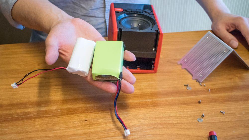 Sikkert og usikkert: Det nye (hvite) batteriet som er bygget av japanske industriceller erstatter det usikre litiuumpolymerbatteriet fra Kina. Det har litt mindre kapasitet, men nok til å drive radioen i 24 timer som Pinell Go er oppgitt til.