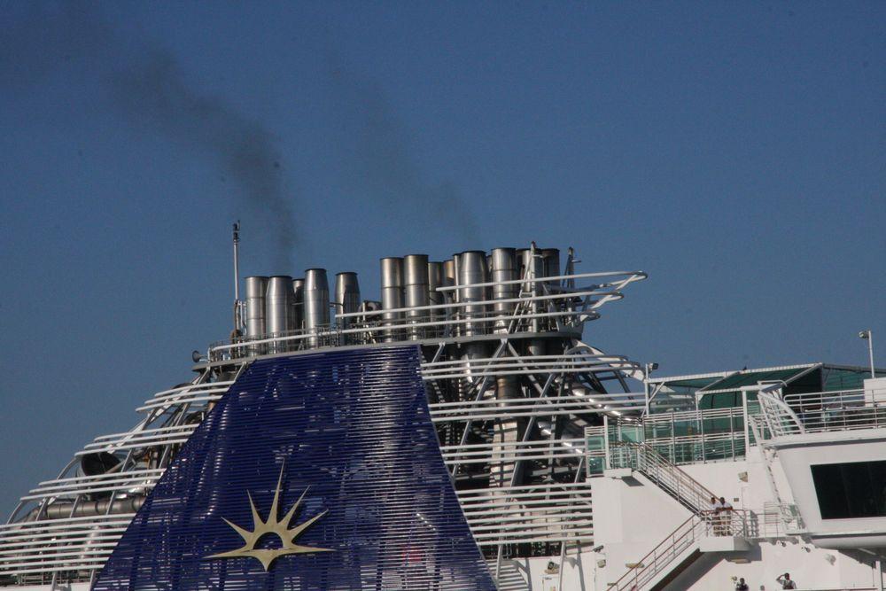 Eksosrør på cruiseskip i Southampton. Innen for ECA-områder må skipene enten rense utslipp for å komme under 0,1 % svovel eller bruke lavsvoveldiesel.