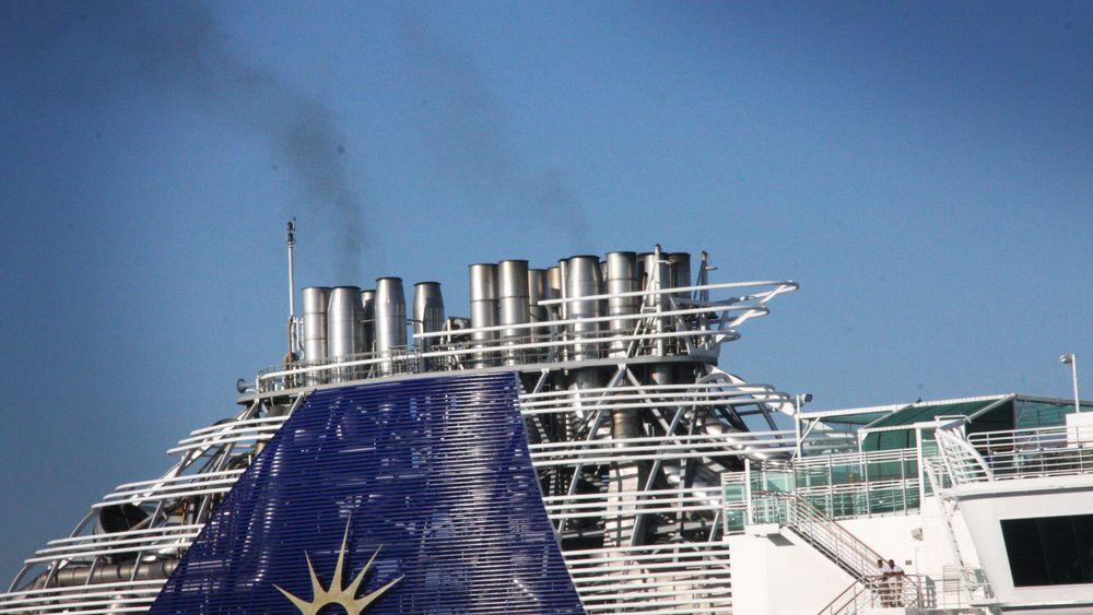 Eksosrør på cruiseskip i Southampton. IMO har satt krav til NOx, svovel og ballastvann. Klimagasser er neste.