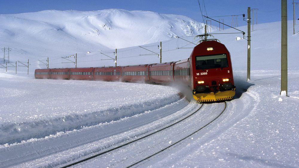 Havarikommisjonen foreslår å forsterke vinduene i norske personvogner etter flere hendelser der vinduene på Bergensbanen har knust som følge av isklumper.