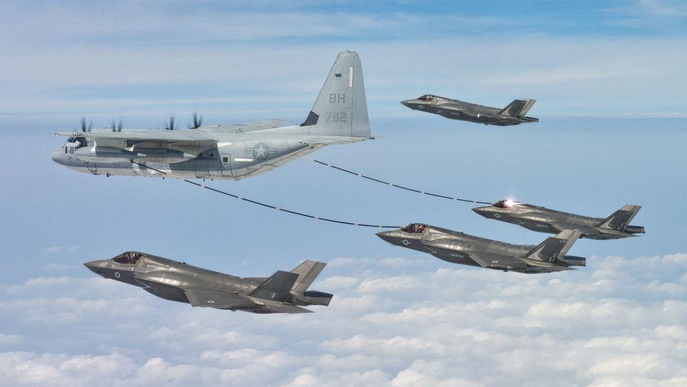 De norske flyene vil trenge drivstoff rundt sju ganger på ferden over til Ørland. Bildet viser to F-35B som tanker fra en KC-130J.