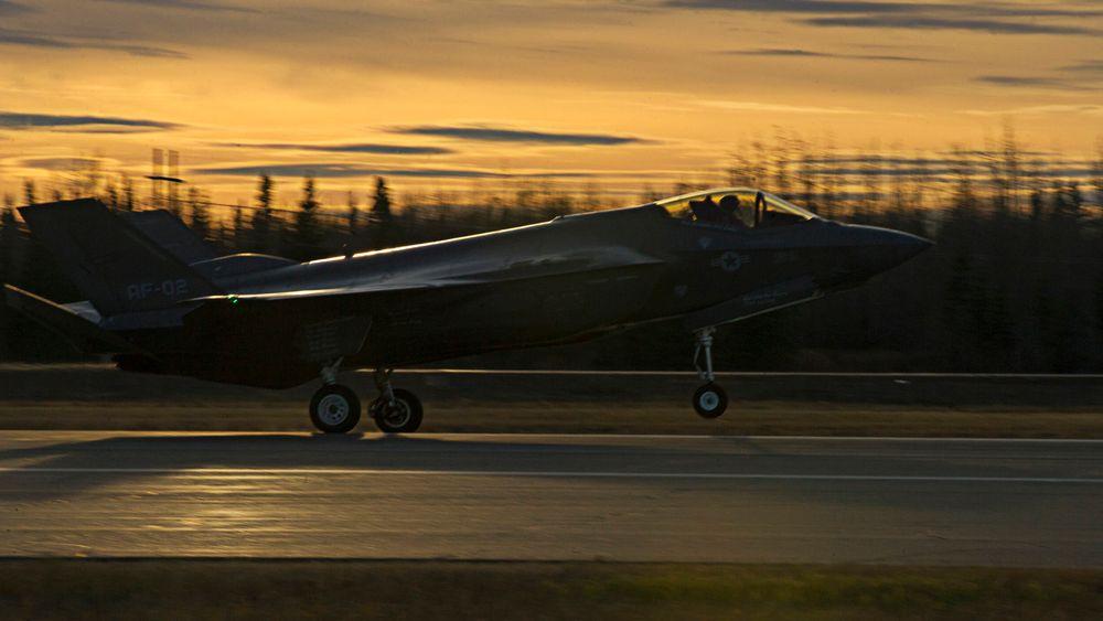 Testflyet AF-2 lander på Eielson Air Force Base i Alaska 12. oktober i forbindelse med bremseskjermtesting på islagt rullebane.