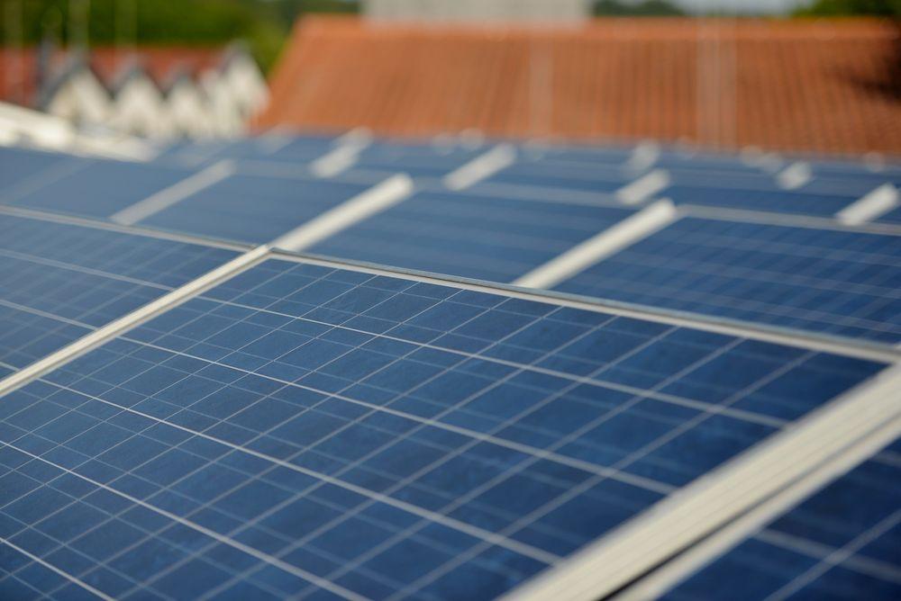 Mange vurderer solceller på taket hjemme. Denne leseren er ikke veldig fornøyd med egne erfaringer.