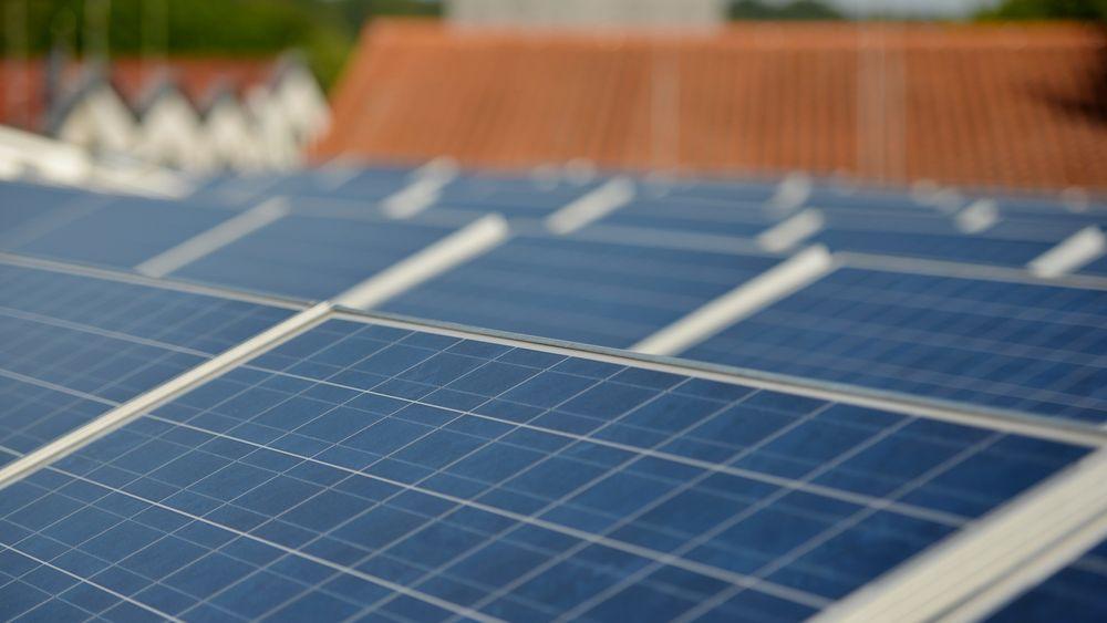 Solcellepaneler på taket av et hus