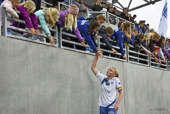 I AKSJON: Her ser du Ina Gausdal i aksjon på den nye Vålerenga stadion. Fra åpning av Vålerenga nye stadion på Valle Hovin. Her hilser hun på fansen.