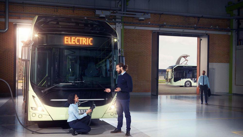 Nye Volvo 7900 electric kan lades både med kabel og pantograf.