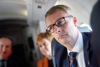 Olje og energiminister Terje Søviknes. her i flyet på vei til Hywind-parken.