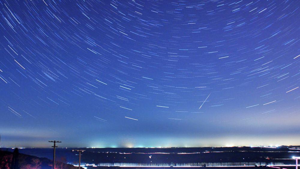 En lang eksponering under Quadrantid meteorregnet i Qingdao Shandong-provinsen i Kina i 2014 gir dette resultatet.
