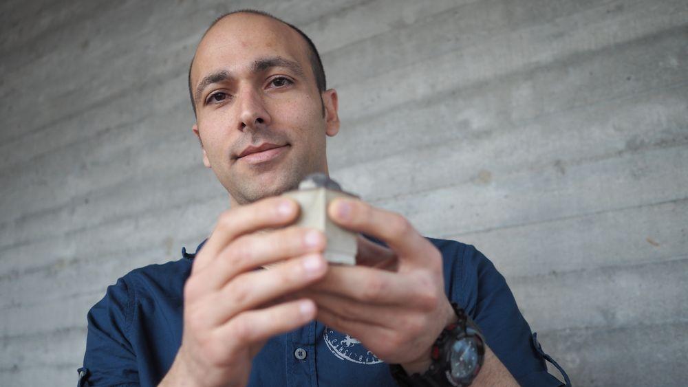 Mahmoud Khalifeh ved Universitetet i Stavanger har utviklet et helt nytt materiale som kan erstatte sement når oljebrønner skal plugges.Det er både tettere og mer miljøvennlig enn vanlig sement.