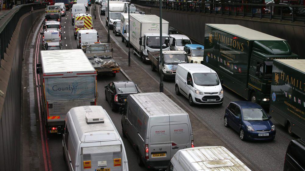 Trafikkork i det sentrale London i går. Nå må de mest forurensende bilene betale enda mer i avgifter for å kjøre inn i byen.