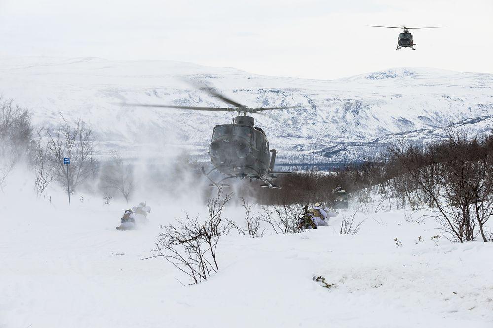 Soldater fra 2. bataljon innsettes med Bell 412-helikoptre, tilhørende 339 Skvadron i Luftforsvaret, under øvelse Joint Viking 2015 i Finnmark. Dette er ikke samme øvelse hvor akslingen knakk.