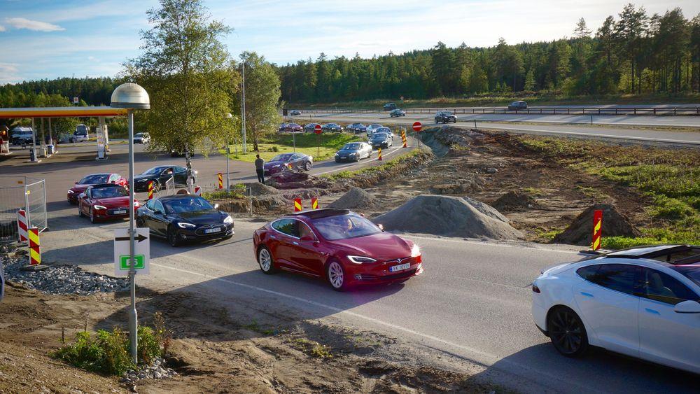 Tesla-konvoi i forbindelse med åpning av ny ladestasjon på Nebbenes i fjor.