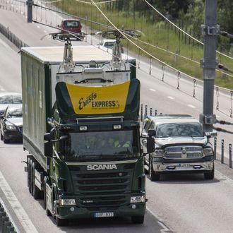 Kjøreledning over Elväg E16 i Sandviken i Sverige.