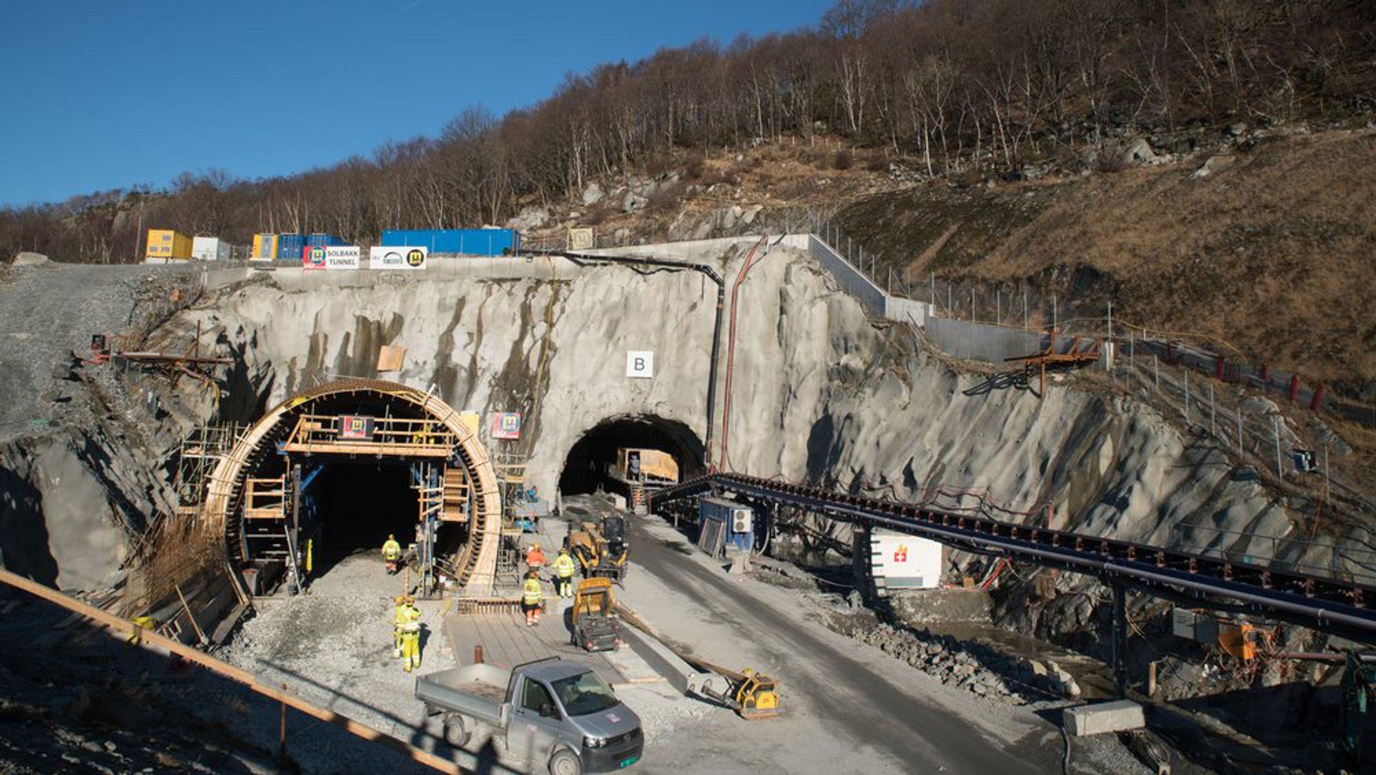 Kun 2,5 meter med fjell gjenstår å sprenges vekk i Ryfast-tunnelen, før de to løpene  fra hver sin side av fjorden møtes på midten og blir ett langt. Her er inngangen til tunnelen fra Solbakk-siden. Syv kilometer inn kommer gjennomslaget torsdag ettermiddag.
