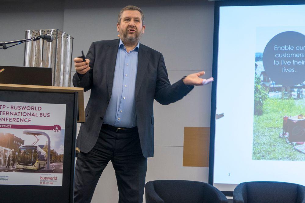 Rutersjefen: Bernt Reitan Jenssen blir svært engasjert når han snakker om ny teknologi for forsamlinger som har jobbet et helt yrkesliv med tradisjonell kollektivtransport