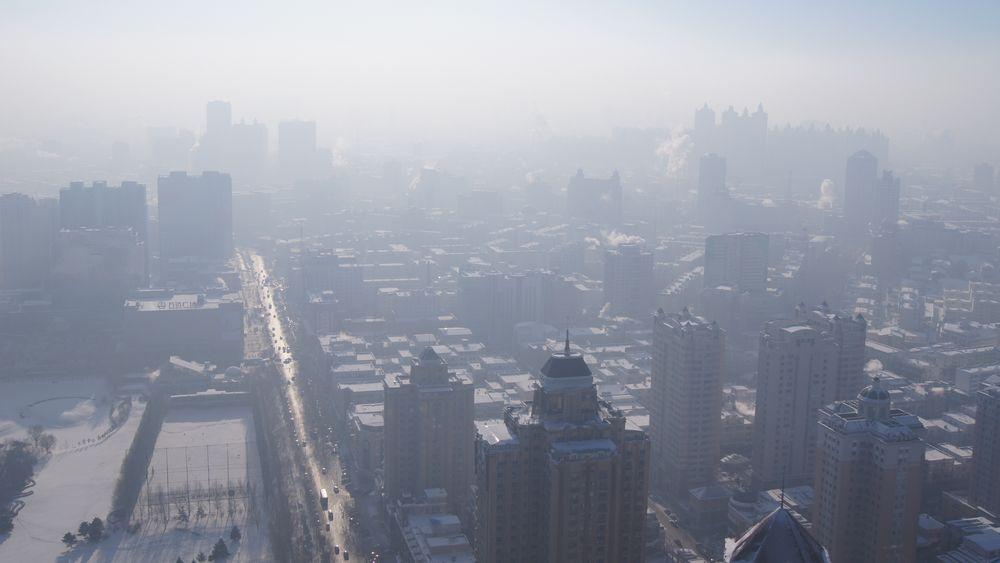 Bildet viser kraftig luftforurensning over byen Harbin i det nordøstlige Kina. Det er tatt den 26. desember 2012.