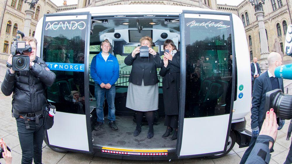 Politikerne fotograferte pressefolkene, som igjen fotograferte politikerne, da  Erna Solberg og Jonas Gahr Støre trådte inn i en selvkjørende buss i april.