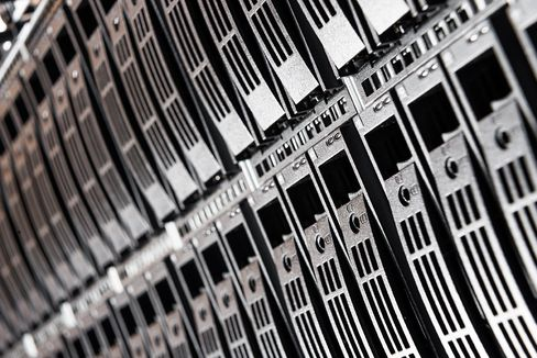 Mens måten harddisker og SSD-er er bygget opp på har mange likheter, er flashteknologi vesentlig forskjellig fra disse.