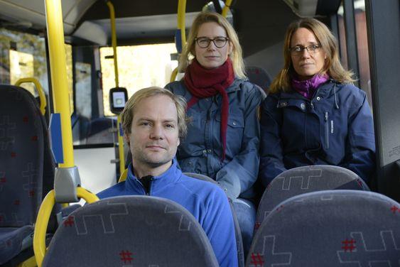 FÅR BEKLAGELSE: Foreldre på Svarskog vant frem i kampen om busser med belter, og får nå en beklagelse fra Unibuss da barna deres ble satt av bussen flere kilometer hjemmefra da sjåføren ikke ville kjøre opp på glatta opp Sandvadbakkene. Bak. f.v Maria Alnæs og Aina Lauvik.