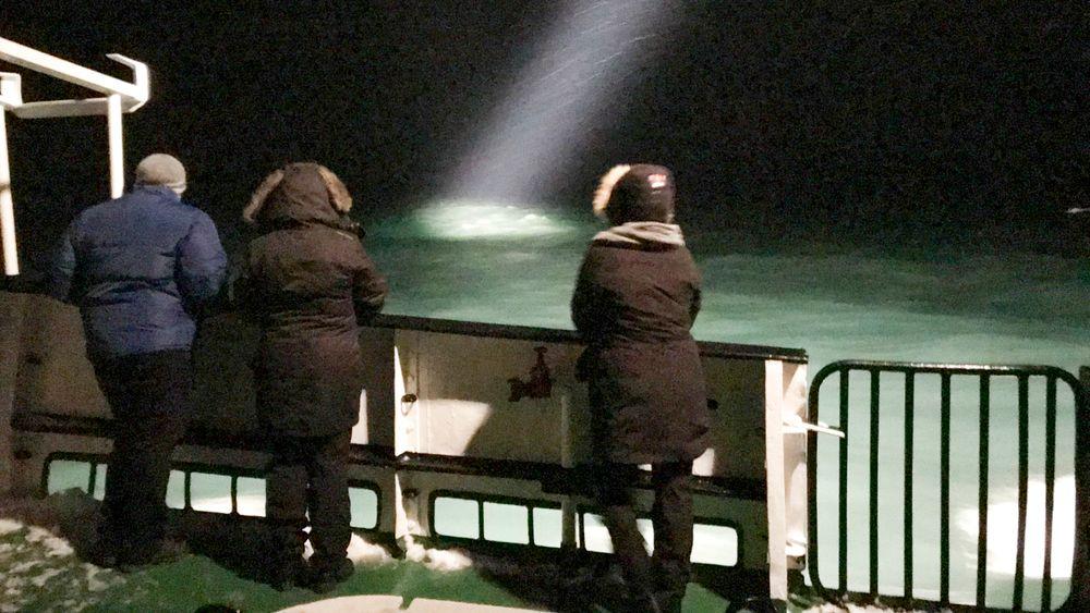 Turen tok en dramatisk vending for turistene ombord på båten Langøysund da et russisk helikopter styrtet torsdag kveld. Båten er her med på letingen etter helikopteret. Foto: Jostein Forsberg / NTB scanpix