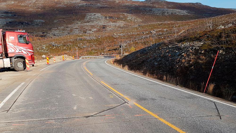 Fiberledninger i veien skal gi beskjed om når tungtransport sliter på denne strekningen av E8 i Troms.