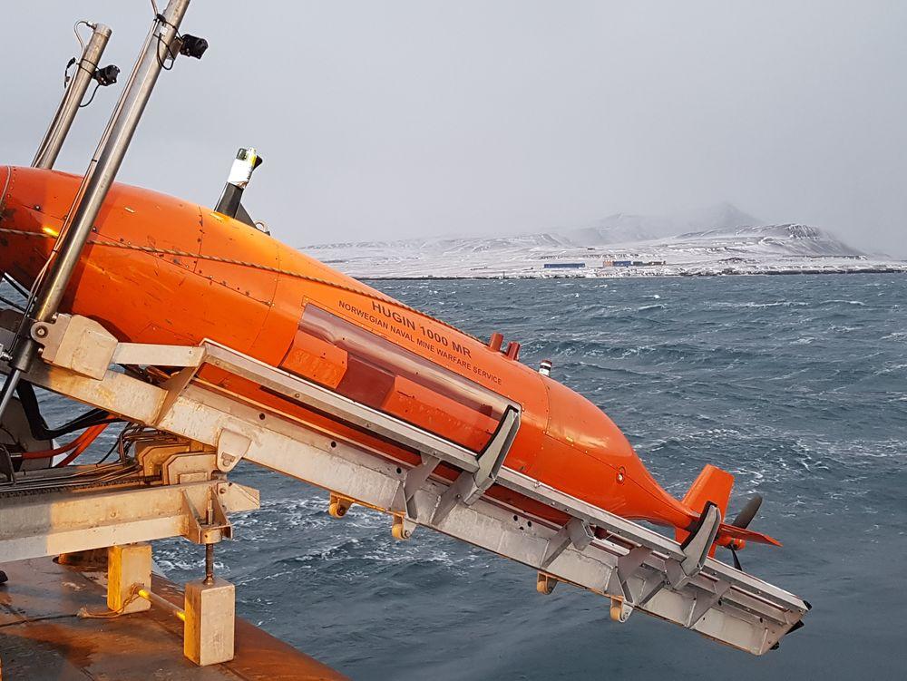 Den fjernstyrte miniubåten Hugin ble sjøsatt fra KV Barentshav lørdag. Ubåten er blitt brukt i søket etter det styrtede helikopteret som nå er lokalisert på 209 meters dyp.