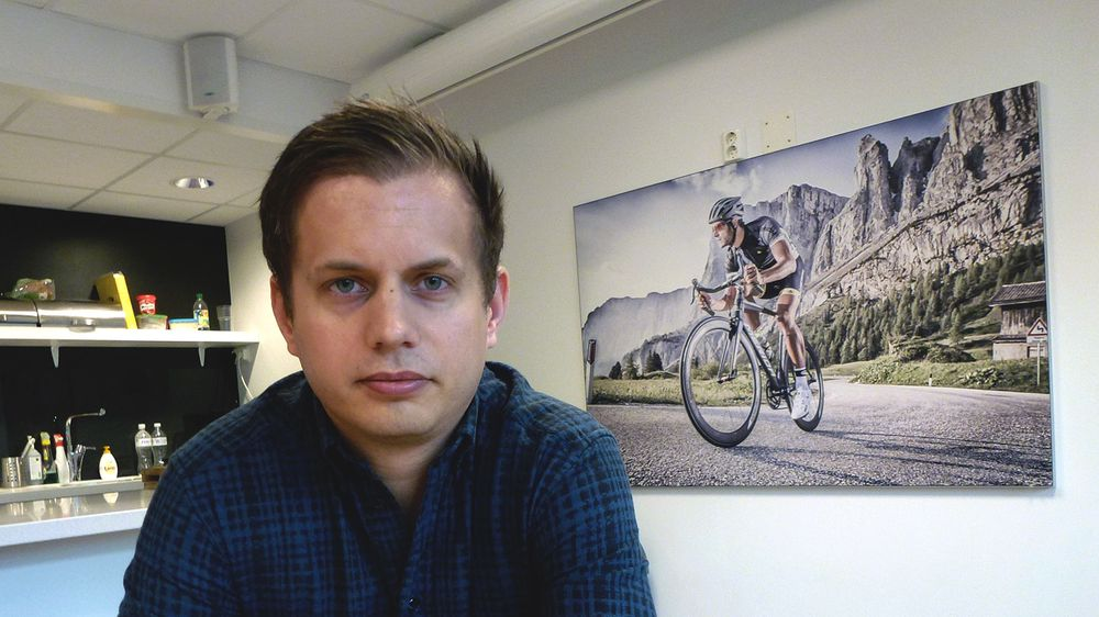 Det er mye sykler på veggene hos Stians Sport og Meridastore.no. Her sitter Jonatan Havnevik Giske i kantina.