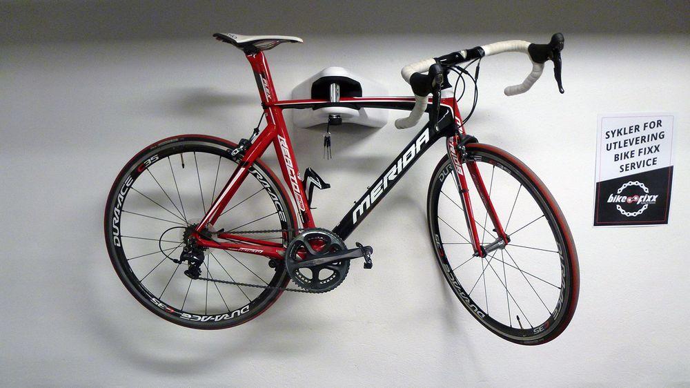 Et gammelt klenodium som sykkel-sjef Stian lot bli veggpryd på sykkelverkstedet.