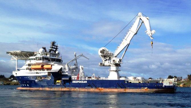 Maersk Forza skal heve helikoptervraket utenfor Barentsburg.