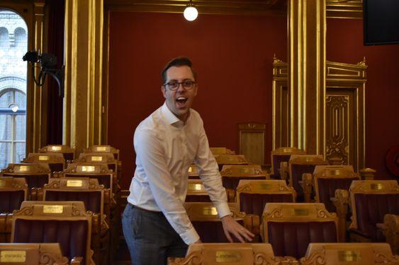 VIKTIG SETE: – Her er min stol! Wilkinson nærmest løper opp og viser stolt frem stolen sin i Stortingssalen.