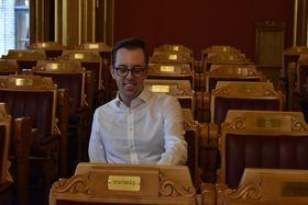 STOLT: En stolt Akershus-representant på plassen sin i Stortingssalen.