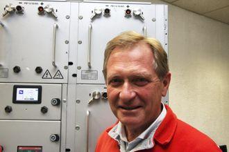 Erik Ianssen i Selfa Artctic har et bankende hjerte for nullutslippsløsninger. Her foran en batteripakke fra PBES, som produserer i Trondheim.