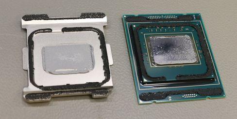 En Intel Core X-prosessor med løsnet varmespreder. Merk den varmeledende pastaen som sitter på baksiden av sprederen og prosessorkjernen.