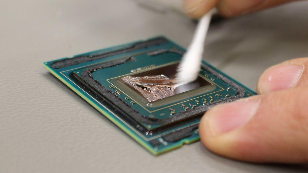 Et tynt lag flytende metall ble påført prosessorkjernen og IHS-en. Se også artikkelens toppbilde.