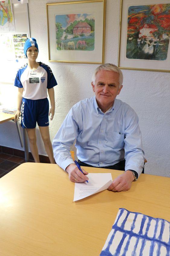 FORNØYD: Styreleder i KIL, Jon Erik Ofstad studerer avtalen som nå er signert.