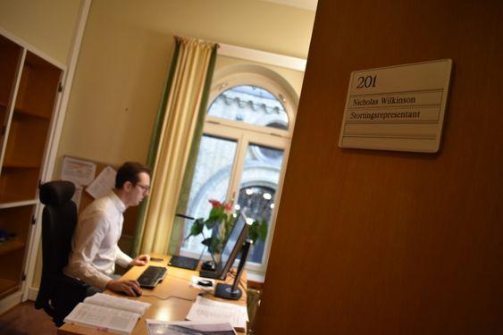 HJEMME PÅ JOBB: Nicholas Wilkinson på sitt eget kontor i SV-fløyen. – Vi blir godt tatt vare på her inne på Stortinget. De rammer inn bilder for oss, ja, til og med plantene stod her da jeg flyttet inn!