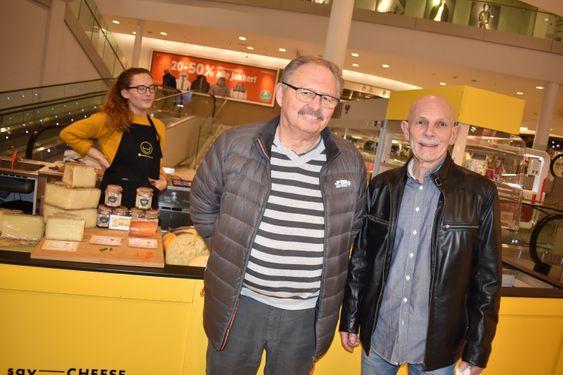 KOSTE SEG: Tom Sunstad og Ketil Bjerke tok turen til Say Cheese på mandag. – Jeg var her i helgen, og måtte vise den til Tom! Jeg kjøpte en nydelig, nederlandsk ost, forteller Bjerke.