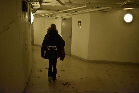 HIT OG DIT: Det er mange ganger, korridorer, dører og smale trapper bak scenen på Folketeateret.