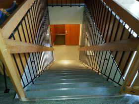 EIT HINDER: Trappa er som ei bru frå fyrste til andre etasje for folk flest, men for dei som ikkje kan gå, vert ho meir som eit stengsel. Det er òg ei vanskeleg trapp ned til kjellaren, der toaletta er.