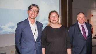 F.v.: Bernt Skeie, administrerende direktør i CMR Prototech, statssekretær i Næringsdepartementet Dilek Ayhan, og Pete Worden i Breakthrough Initiatives.