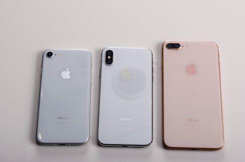 De tre ferskeste iPhone-modellene ved siden av hverandre. Fra venstre: iPhone 8, iPhone X, iPhone 8 Plus.