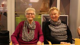 ROGNEBÆRVIN: Hildur Alme, t.h, fortel at bror hennar laga rognebærvin for nokre få år sidan. Til venstre, Solveig Karlsen.