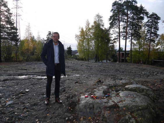 GLEDER SEG: Kommunalsjef Sten Tore Svennes gleder seg til den nye barnehagen på Greverudlia står innflyttingsklar, men det blir først i januar 2019. Her bak ser du at den gamle barnehagen er revet.