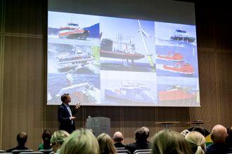 Jon Dugstad viser fram gode eksempler på norsk leverandørindustri som leverer til havvind-markedet i Europa. Flere av bildene er av flåten til Fred. Olsen Ocean.