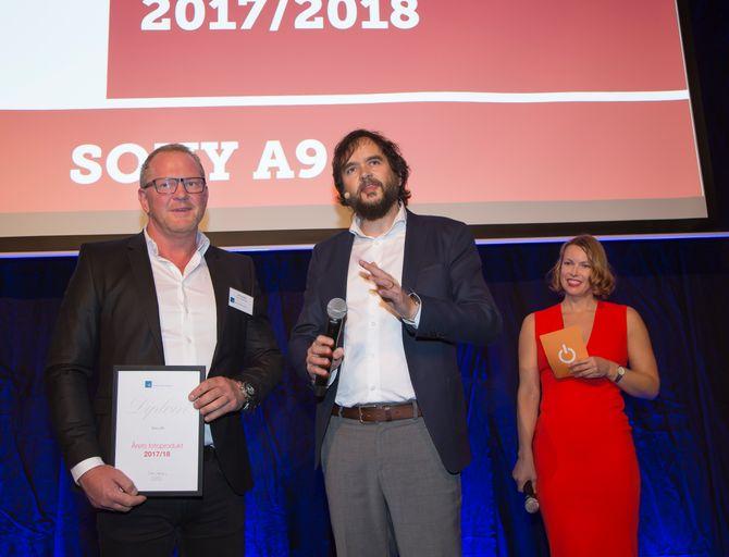 Runar Kristiansen i Sony mottok prisen for årets kamera, Sony A9, og fikk siden en hilsen fra scenen i anledning av at han fylte 50 år nettopp denne kvelden. Til høyre Stian Sønsteng og Marte Ottemo. Foto: Tore Skaar.