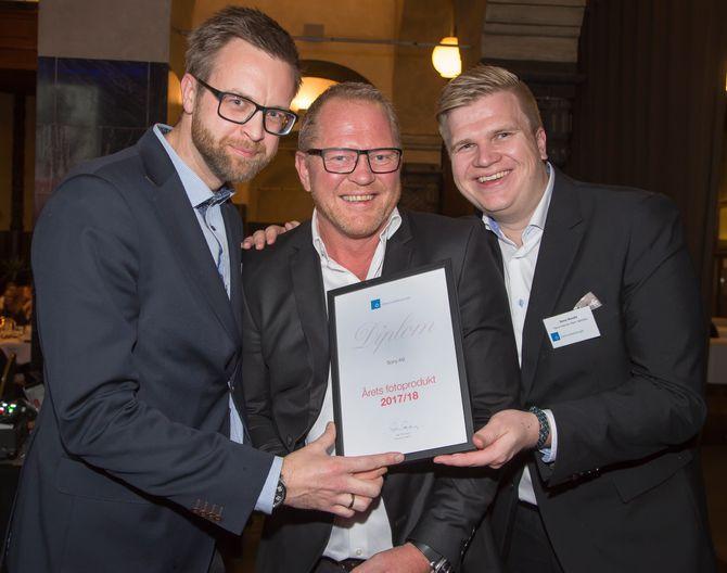 Fra venstre Rolf Lorås, Runar Kristiansen og Hans-Henrik Palm Westby i Sony tok mot prisen for årets lydprodukt. Siden ventet hovedprisen; årets julegave, for hodetelefonene WH-1000XM2. Foto: Tore Skaar.