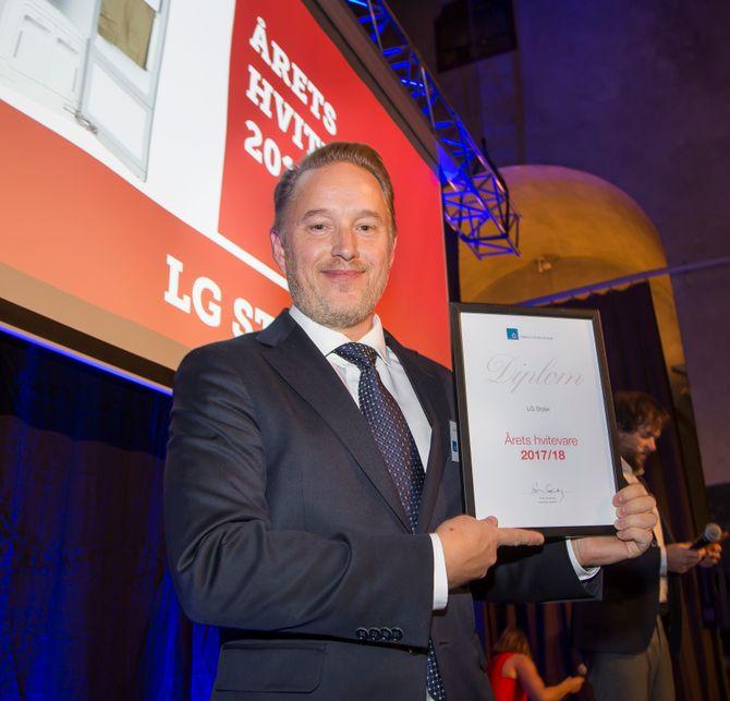 Dampskapet LG Styler er «Årets hvitevare 2017/2018». Prismottaker var Jonas Markén (LG Electronics Nordic). Foto: Tore Skaar.